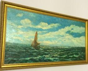 Яхта с красным парусом в открытом море