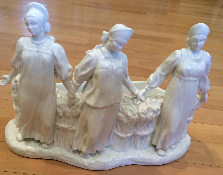 Ваза декоративная со скульптурами изображением девушек в русских народных костюмах