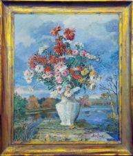 Цветы в белой вазе на фоне пейзажа