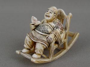 Нэцке »Японец в кресле-качалке»