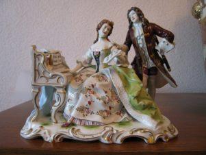 Кавалер и дама у фортепиано