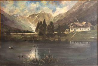 Шале на берегу озёра на фоне гор