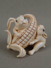 Нэцке «Кролики с кукурузой»