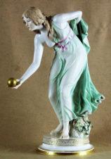 Статуэтка фарфоровая «Девушка с мячом»