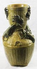 Большая фаянсовая ваза, стилизованная под плетёную корзину