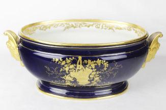 Старинная жардиньерка, украшенная росписью «blue de Roi»