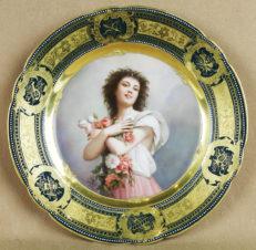 декоративная тарелка «Дама с букетом цветов»