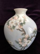 Антикварная фарфоровая ваза с изображением цветов