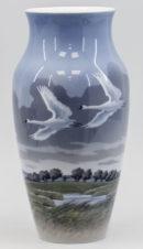Антикварная ваза с изображением лебедей