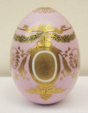 Большое пасхальное яйцо с изображением гирлянд и картушей