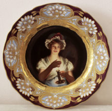 Декоративная тарелка с портретом девушки