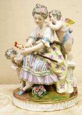 Фарфоровая статуэтка «Девушка и амуры»
