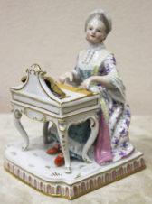 Статуэтка «Придворная дама, играющая на клавесине»