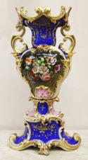 Антикварная ваза с цветами и раковинами в стиле барокко