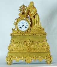 Старинные каминные часы с боем в готическом стиле.