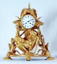 Старинные каминные часы с боем в колониальном стиле
