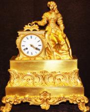Часы старинные бронзовые каминные «Девушка, составляющая письмо»