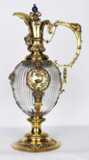 Большой серебряный кувшин, декорированный маскаронами