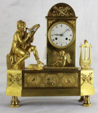 Старинные часы с боем в стиле ампир с фигурой музыканта-арфиста.