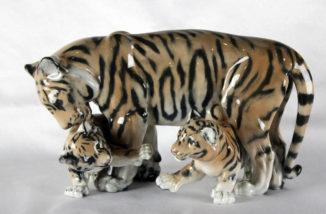 Фарфоровая статуэтка «Тигрица с тигрятами»