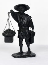 Старинная японская бронзовая статуэтка (окимоно) «Продавец фруктов с корзинами»