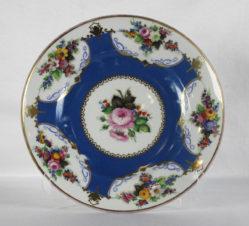 Тарелка декоративная с цветочным орнаментом
