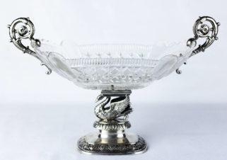 Серебряная ваза, украшенная фигурой лебедя
