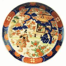 Большое старинное китайское блюдо с изображением жанровой сцены