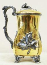 Серебряная пивная кружка с крышкой, украшенная листьями винограда
