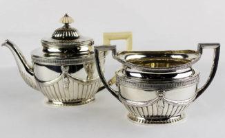 Чайник и ваза для десерта в классическом стиле