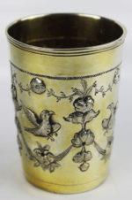 Серебряный стакан с изображением птиц и цветочных гирлянд