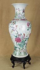 Старинная ваза на подставке с изображением птиц