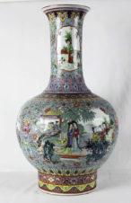 Старинная ваза с изображением жанровых сцен