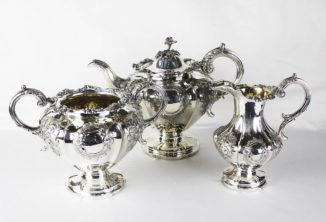 Серебряный чайный сервиз из трех предметов с цветочным декором в стиле историзм