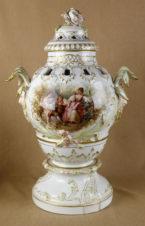 Старинная ваза с цветочным орнаментом