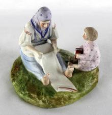 фарфоровая статуэтка «крестьянка с ребёнком»
