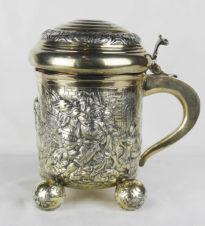 Старинная серебряная пивная кружка с изображением военной сцены