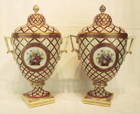 Парные фарфоровые вазы с изображением цветов