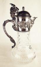 Серебряный кувшин для вина, украшенный фигуркой монаха, виноградной лозой и маской Бахуса