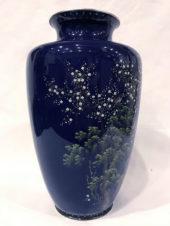 Японская ваза с изображением птиц в цветущем кустарнике в технике клуазоне