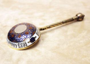 Серебряная ложка с выемчатой эмалью с надписью русской пословицы «Без соли без хлеба — половина обеда»