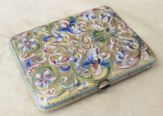 Антикварный серебряный портсигар, украшенный расписной эмалью