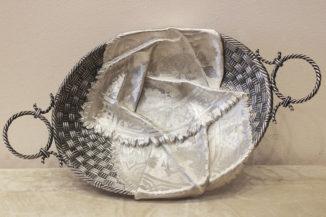 Старинная серебряная хлебница (сухарница) в русском стиле в виде лыковой корзины с рушником (салфеткой)