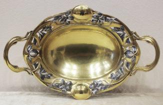 Серебряная конфетница с цветочным декором в стиле модерн