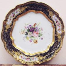 фарфоровая тарелка с изображением цветочных букетов