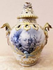 Антикварная фарфоровая ваза с крышкой