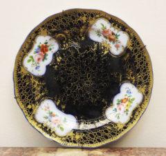 Старинная фарфоровая тарелка с цветочным орнаментом