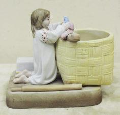 Очень редкая фарфоровая спичечница «Девочка, купающая кукол»