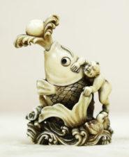 Окимоно в виде флакончика с ложечкой со священной японской рыбой — карпом кои