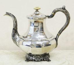 Старинный серебряный кофейник в стиле историзм